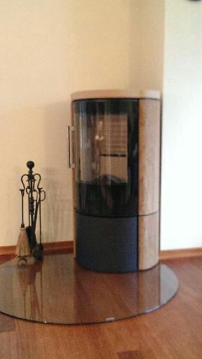 HWAM 3640mc schwarz mit Steinverkleidung Golden Sandstein